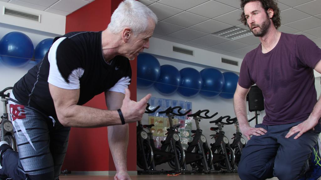 Coach Peter zeigt Kunde Olli eine Übung