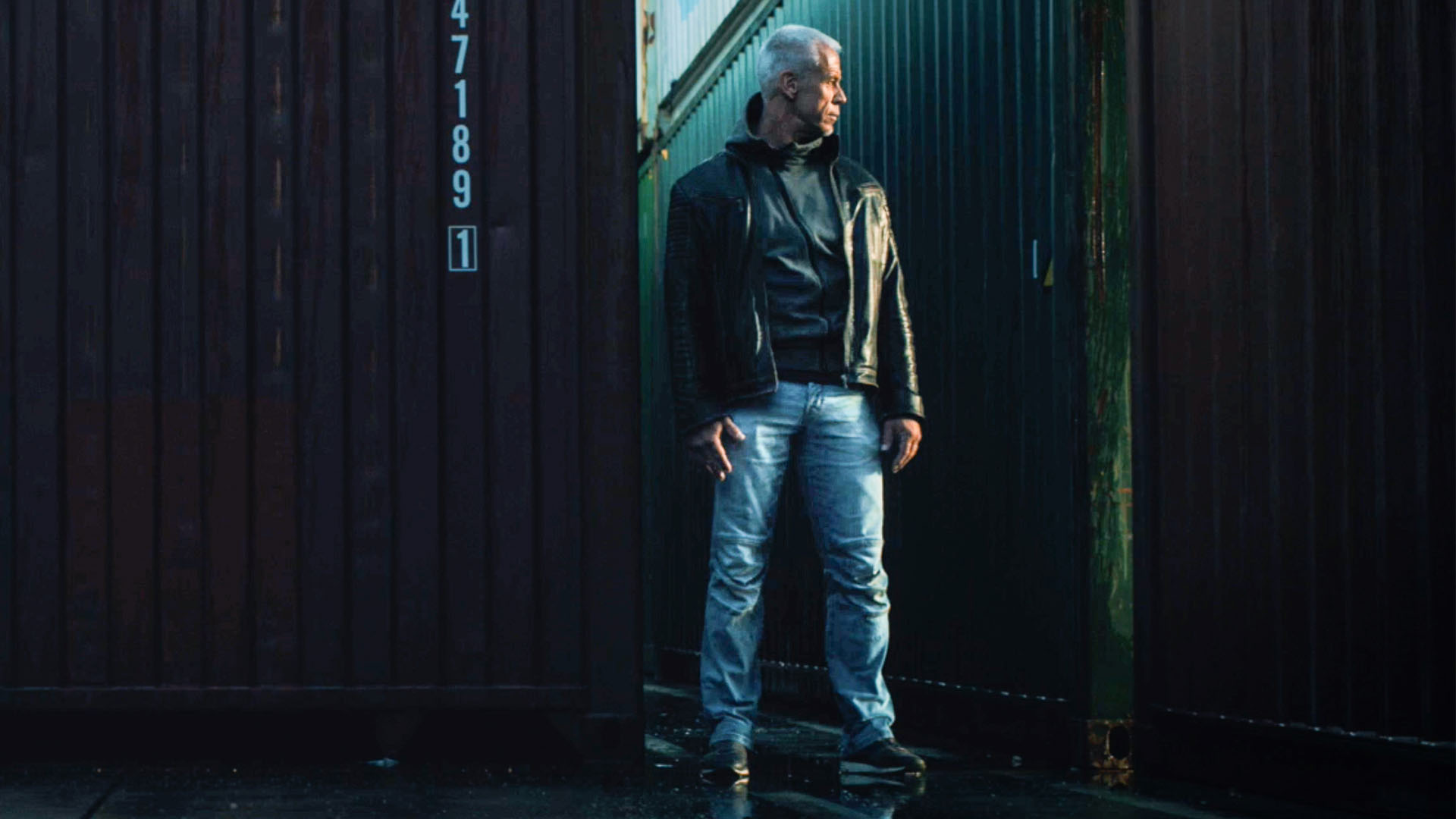 Peter vor Frachtcontainer